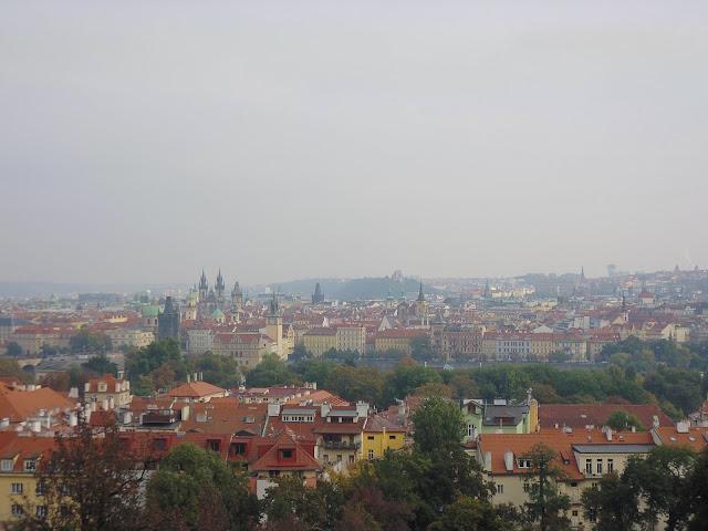 Vistas durante la subida a pie al Monte de Petřín (Praga) (@mibaulviajero)