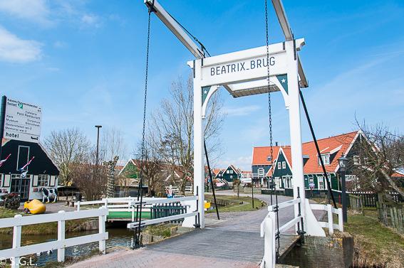 Puente de entrada a Marken. Excursion desde Amsterdam: Volendam, Marken y los molinos