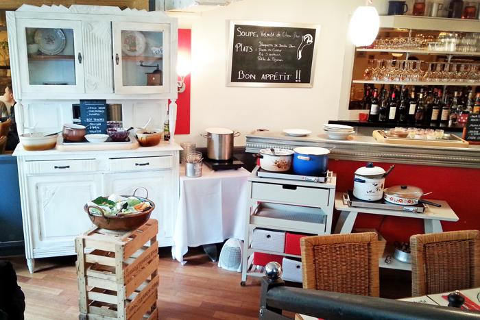 Vue d'ensemble dont le buffet blanc de mamie au Restaurant le clou de girofle à Caen