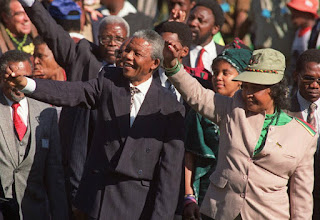 """La exeposa del Nobel de la Paz, Nelson Mandela, estuvo más de 40 años activa en política. Reconocida como """"madre de la nación"""" por los sudafricanos, luchó contra la brutalidad racial."""