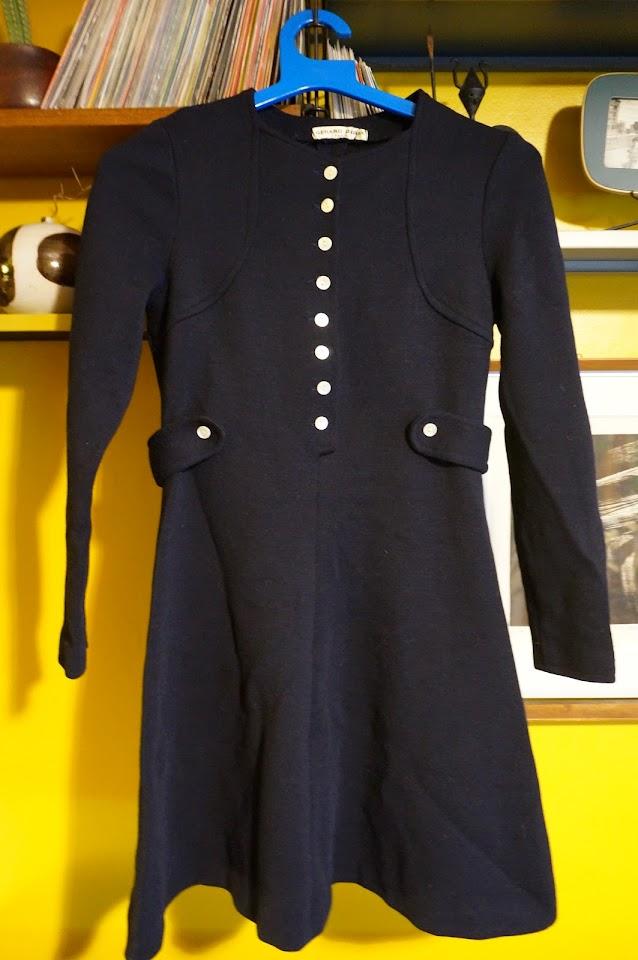 une robe en laine bleu marine de Gerard Pasquier des années 60  ( Gérard Pasquier lance sa marque dans les années 50 , moi qui pensait que c'était une marque des années 70 ) 60s woolen navy blue dress