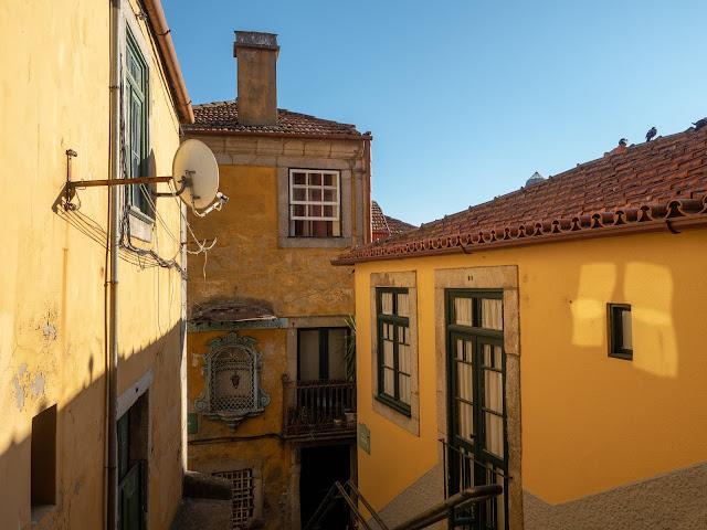 Fachadas amarillas en Oporto