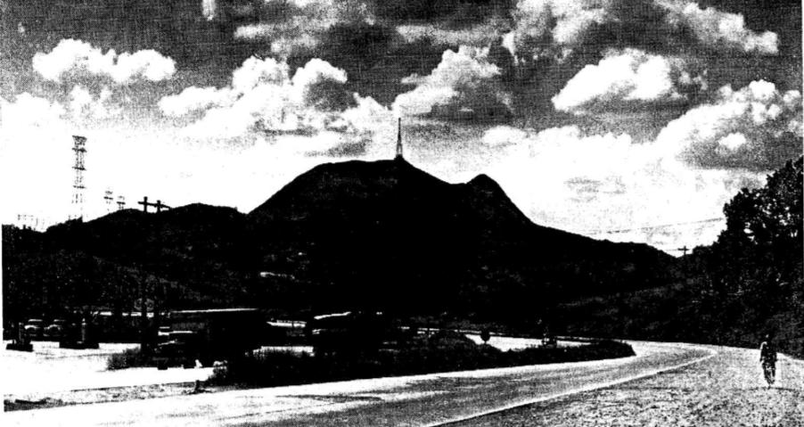 Pico do Jaraguá já com a antena da Bandeirantes e Pico do Papagaio livre, em imagem de 1967. Foto: acervo do jornal O Estado de S.Paulo