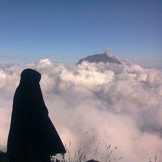 muslimah berhijab syari naek gunung