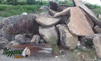 Pedra moledo para escada de pedra tipo faceada com cantos, tanto para degrau de pedra isolado com grama entre as juntas ou encostado com junta de massa.