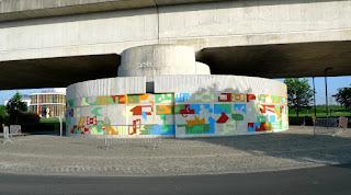 Image de la peinture murale de François Huon sur le mur circulaire à l'entrée nord de Tubize au 23 avril 2018.