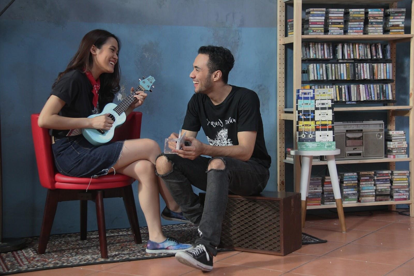 Film Galih & Ratna Ngajarin Kita Nembak Cewek Pake Cara Klasik Ini. Eits, Kuno Tapi Ampuh, Lho!