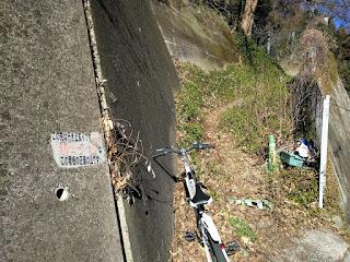 行き止まりの道に捨てられたゴミと放置自転車