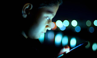 Smartphone ko andhere mein chalane ke nuskan. Don't use your Smartphone in Darkness, you will be become temporary blind.