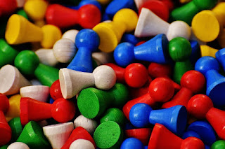 juguete peones madera colores