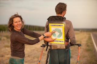 Pasangan suami istri Keliling dunia oleh  membawa gerobak