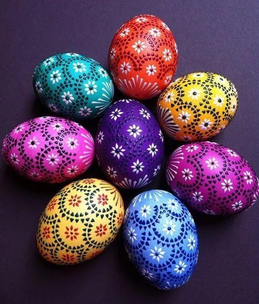 декор пасхальный, декор яиц, Пасха, подарки пасхальные, рукоделие пасхальное, яйца, яйца пасхальные, яйца пасхальные декоративные, роспись, роспись точечная, оформление красками, оформление росписью, прекрасные декоративные яйца вы можете изготовить самостоятельно, даже если не имеете способностей к рисованию. Основная задача — перенести на яйцо-заготовку контур понравившегося рисунка. Это можно сделать с помощью шаблонов и простого карандаша. Но для начала вам нужно загрунтовать яйцо и покрасить его в желаемый цвет. После высыхания заготовки нанесите контуры рисунка, а затем берите краски нужного цвета, тонкую кисть и начинайте наносить аккуратные точки и штрихи. Не забывайте делать промежуточные просушки точек, чтобы краски случайно не смешались и не смазались. Последовательность нанесения точек вы можете рассчитать самостоятельно, в зависимости от сложности рисунка.