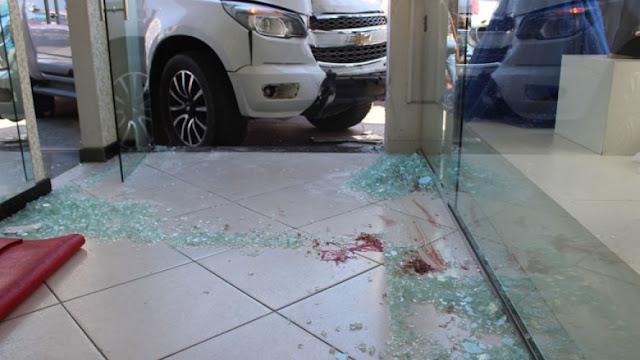 Vídeo: picape desgovernada atropela mulher e atinge loja no centro de Brumado