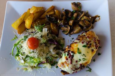 Cu mix salata, cartofi prajiti si ciuperci cu otet balsamic. O combinatie foarte echilibrata.