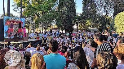 Mucho público asistiendo a la obra de teatro infantil y títeres en el Parque de Consolación de Utrera, en la I Jornada #UtreraEnFamilia.