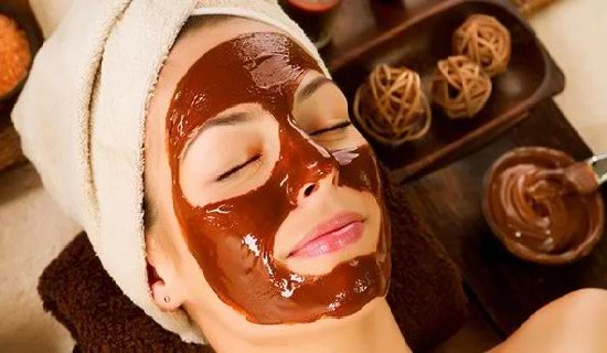 Hanya menggunakan buah anda dapat membuat masker wajah alami.