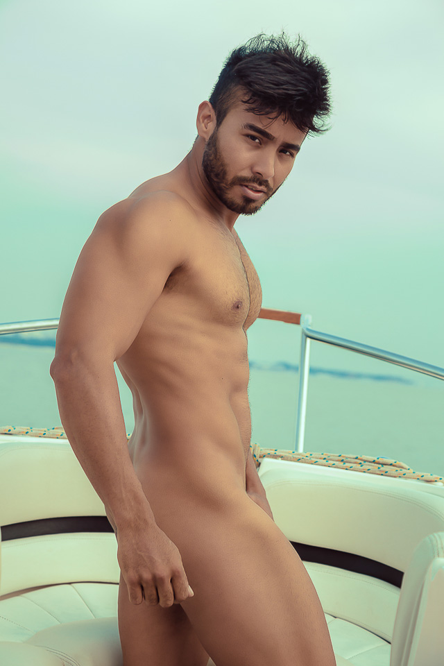 Personal trainer Hebert Souza mostra o corpo sarado em edição de verão da revista THE MAN. Foto: Yraq Lima