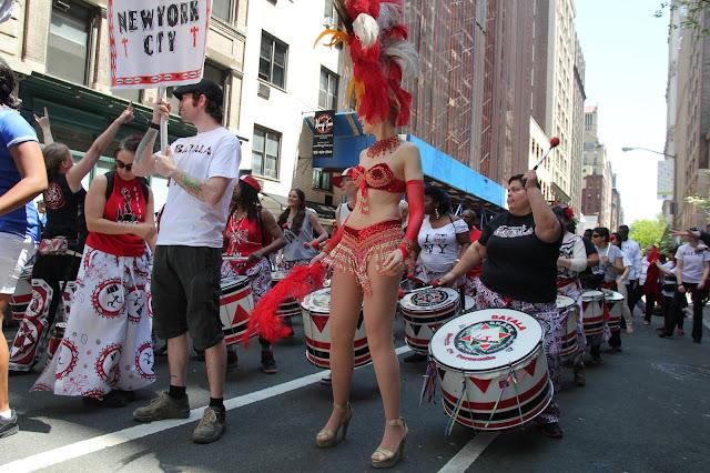 grupo folclorico brasileno en las calles de nueva york