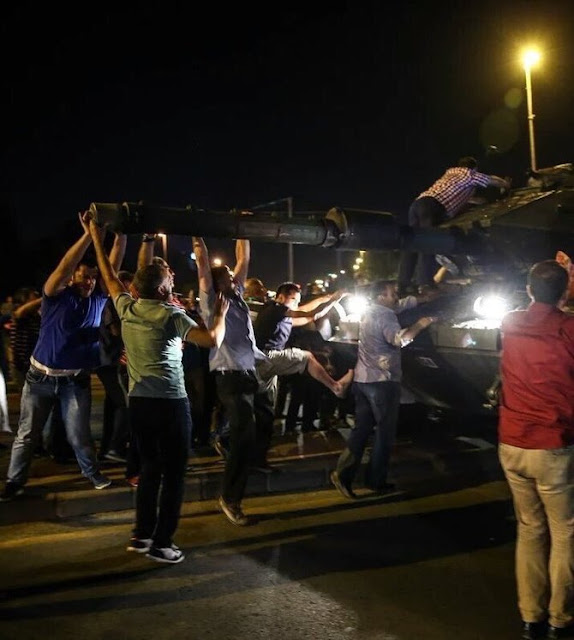 Warga melawan upaya kudeta Turki (c) 2016 Merdeka.com/twitter