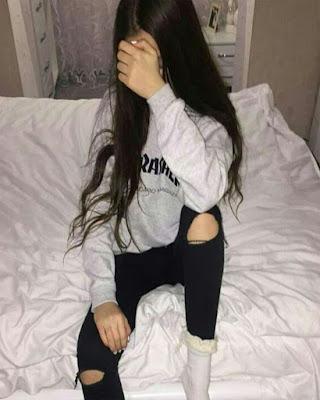 pose sin mostrar la cara en la cama