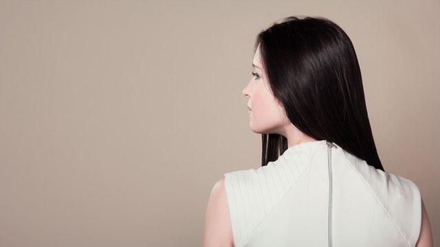7 Cara Alami Merawat Rambut Rontok dan Berketombe