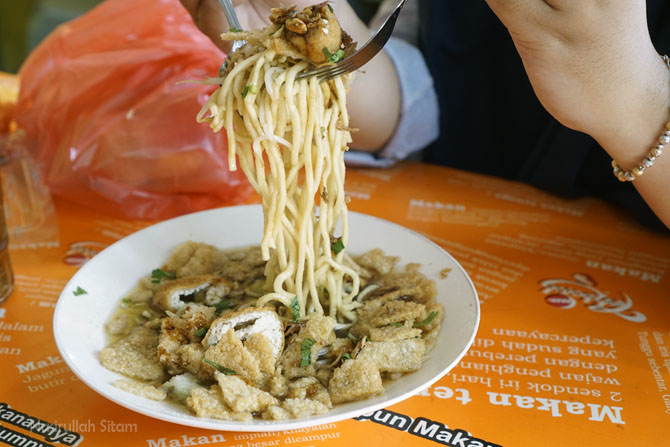 Mari menikmati makan siang Mie Kopyok Pak Dhuwur