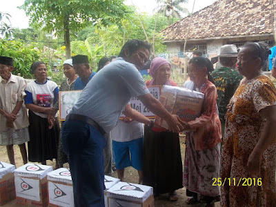 Warga Ciwulan Terima Sembak PT Sumi Rubber Indonesia