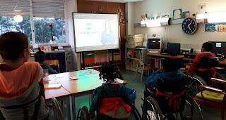 Cinco alunos visionam um filme na sala de aula do Alcoitão