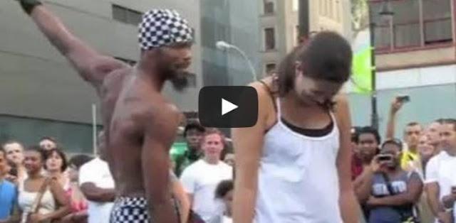 شاب يبهر الجميع بموهبته ومرونته في الشارع شاهد ماذا يفعل بهذه الفتاة  !