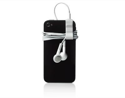 TORONTO (AP) — El iPhone de Apple está obsoleto, de acuerdo con el director general de Research In Motion Ltd., fabricante de BlackBerry, Thorsten Heins. Heins dijo que una falta de innovación de Apple ha hecho que la interfaz del usuario del iPhone resulte obsoleta. Señaló que los usuarios del iPhone tienen que entrar y salir de las aplicaciones y el dispositivo no permite ejecuciones múltiples, como lo permite el nuevo BlackBerry Z10. «Sigue siendo el mismo», dijo Heins sobre el iPhone. «Es una manera secuencial de trabajar y eso ya no es lo que la gente quiere en la