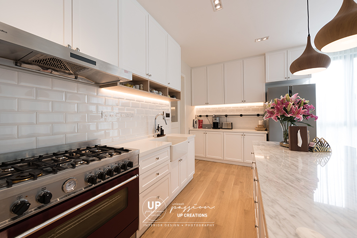ss1 bungalow dry kitchen in scandinavian style with slight cottage details, white color subway tiles backsplash, farmhouse style basin, freestanding cooker and white marble island counter