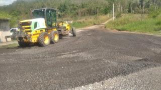 Prefeitura realiza manutenção de estradas.