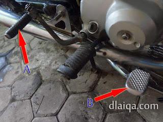 tuas starter - engkol (A) dan pedal rem belakang (B)