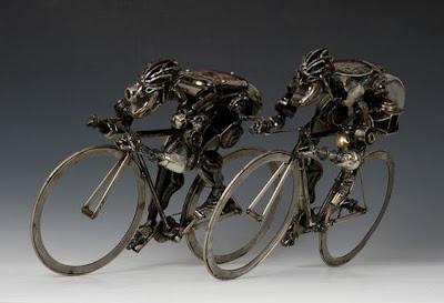 Escultura con partes de auto recicladas