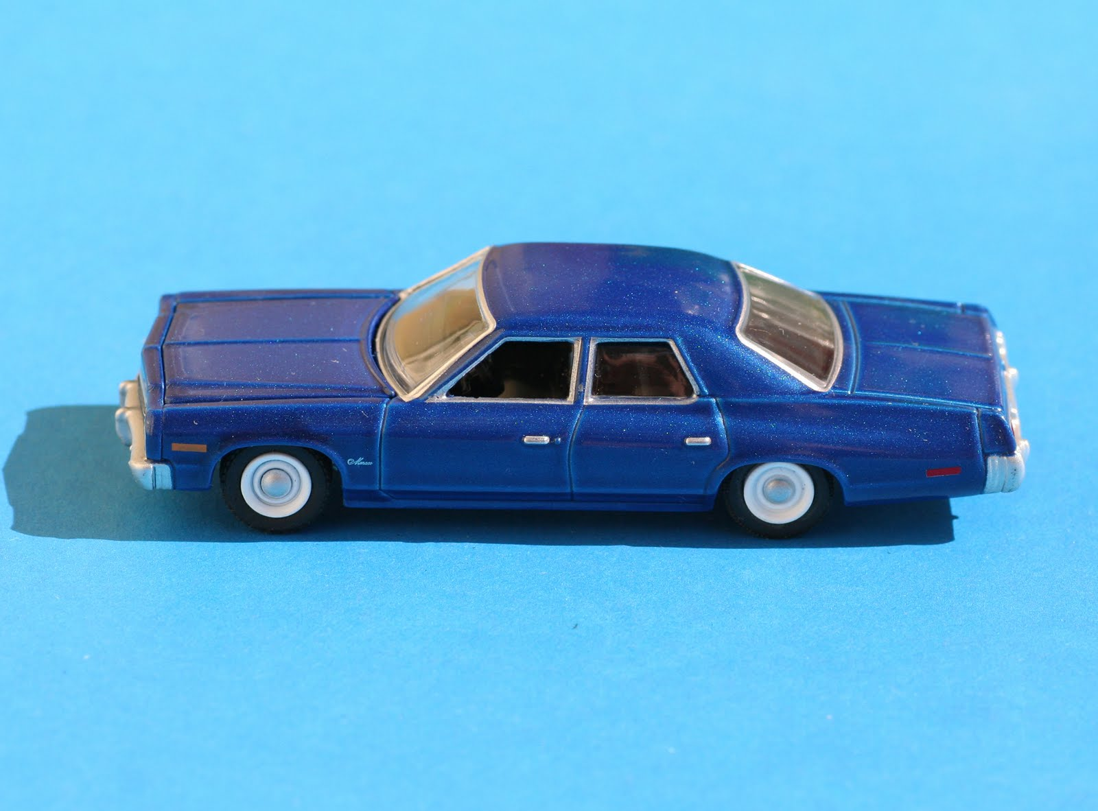 Incredible mini garage dodge monaco 1975 greenlight 1 64 for Garage mini monaco