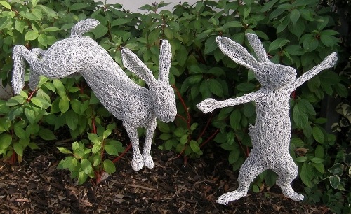 19-Hares-Barry-Sykes-Sculptures-of-Animals-in-Wire-www-designstack-co