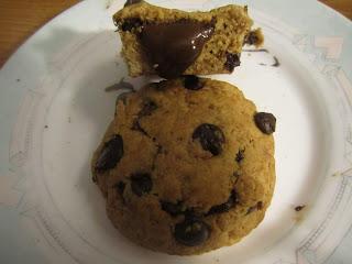 Cookies au beurre de cacahuètes coeur coulant à la Nocciolata sur une assiette