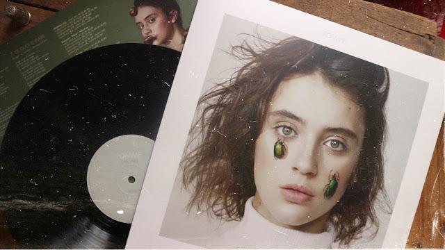"""""""À Peu Près"""" premier album de Pomme paru en 2017 et réédité en 2018"""