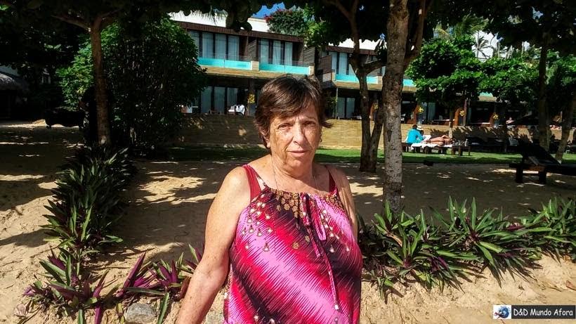 Olha mamis posando em frente ao luxuoso hotel Essenza, em Jericoacoara - Passeio de um dia em Jericoacoara - o que fazer e como chegar