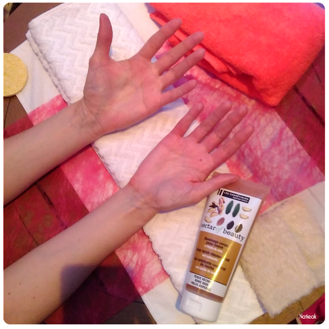 massage des mains avec  le gommage Nectar beauty