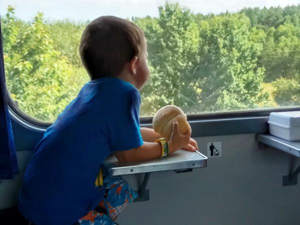 szymon w pociągu z bułką
