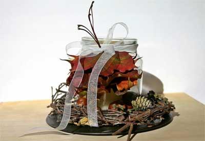 diberi pita, beberapa daun kering, biji-bijian dan ranting, diletakkan disebuah nampan, bagus kan?