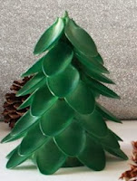 http://un-mundo-manualidades.blogspot.com.es/2012/12/arbolito-de-navidad-con-cucharas-de.html