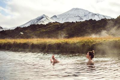 Los baños termales islandeses también son naturales como en esta foto