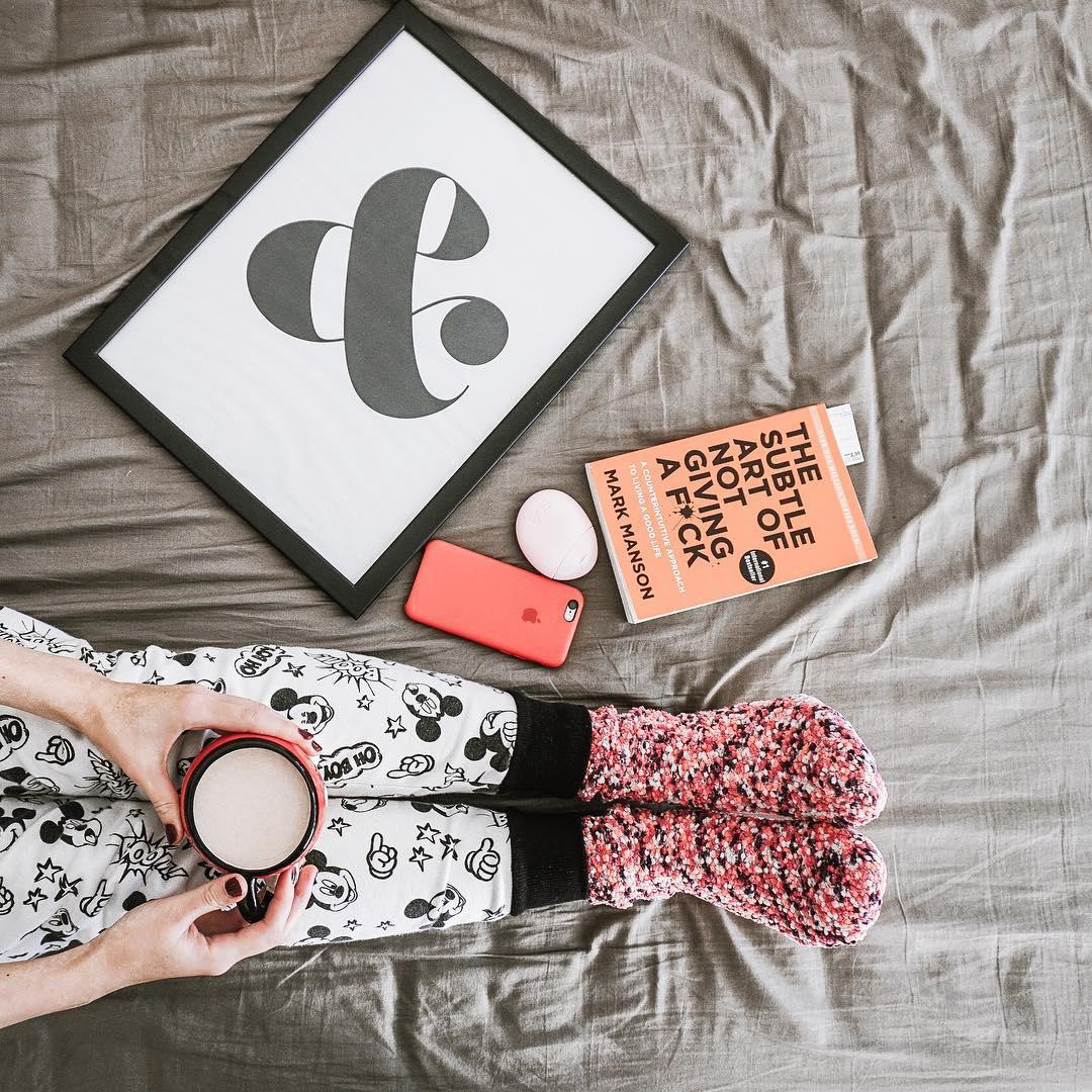 the subtle art of not giving a fuck, flatlay, blog lifestyle, blog podróżniczy, spodnie myszka mickey, iphone, red iphone cover, wall art, wnętrza skandynawskie, najlepszy blog podróżniczy