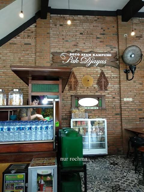 suasana rumah makan soto ayam
