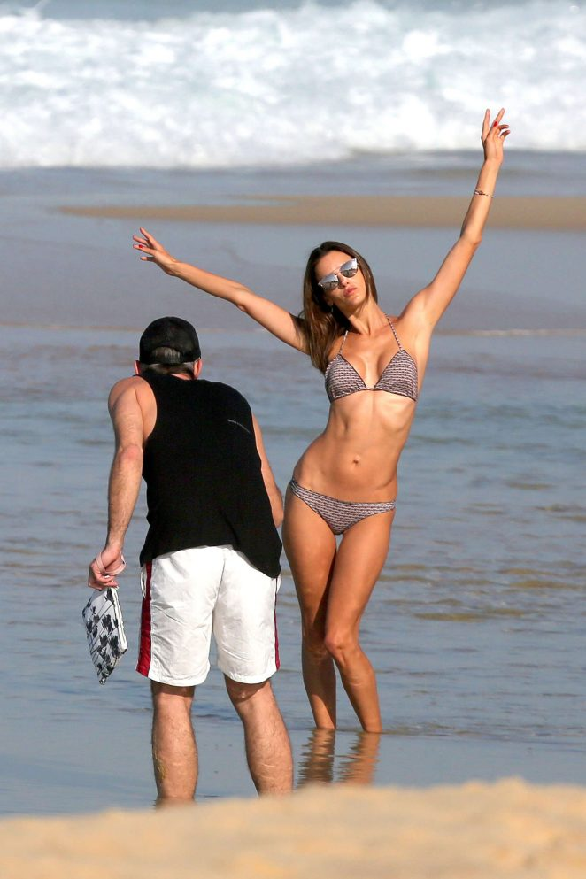 Alessandra Ambrosio showcases bikini body on Rio beach