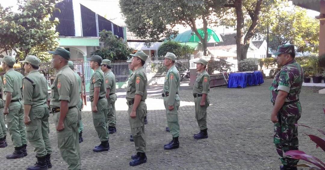 Kodim 0735 /Surakarta: Babinsa Koramil-01/Laweyan melatih Peraturan Baris Berbaris (PBB) kepada ...