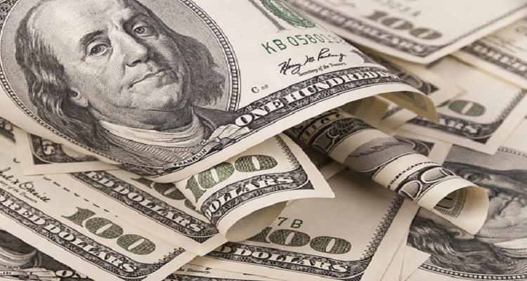 الدولار يرتفع بأكثر من النصف في البنوك بعد تعويم الجنيه المصري