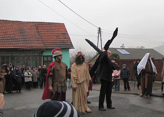 Szymon z Cyreny pomaga Chrystusowi dźwigać krzyż